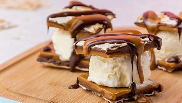 סנדוויץ' מצה עם קרמל, שוקולד וגלידה