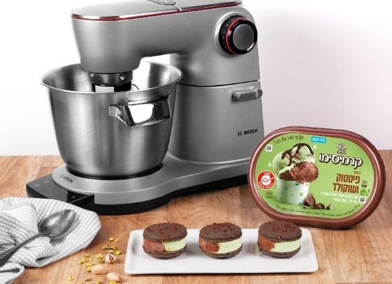 מקרון שוקולד במילוי גלידת שוקולד- פיסטוק- מיקי שמו
